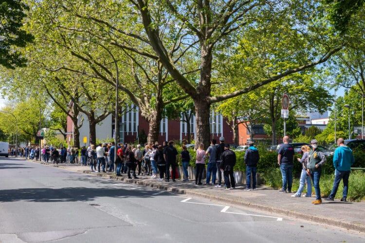 Hunderte von Impfwilligen bildeten vor dem Impfzentrum in der Turnhalle des Heinrich-Heine-Gymnasiums eine riesige Menschenschlange. (Fotos: Wir in Dortmund)