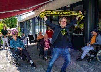 """Matthias """"Kasche"""" Kartner bei seinem Auftritt in der von der """"Wunsch-Pflege"""" betreuten Wohngemeinschaft in Bodelschwingh. (Fotos: Wir in Dortmund)"""