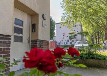 Die eigentlich baugleichen Häuser am Huckarder Bruch/Burgheisterkamp wirken jetzt sehr unterschiedlich. (Fotos: Wir in Dortmund)