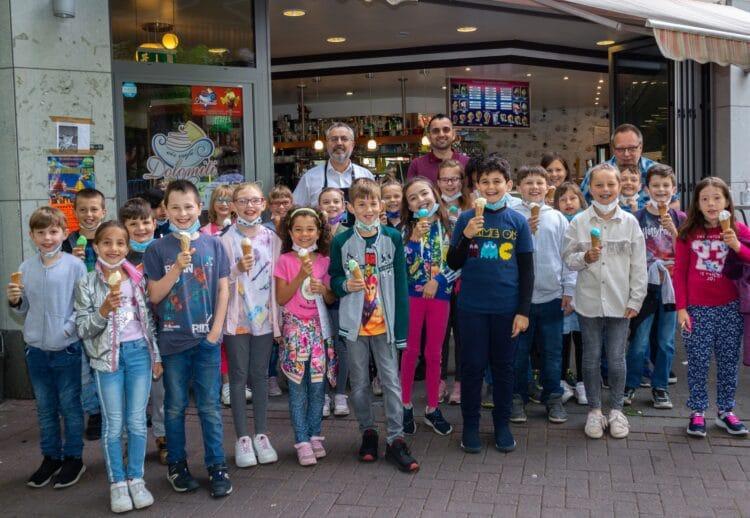 Für ihr außergewöhnliches Engagement während der Corona-Pandemie bedankte sich die Schragmüller-Grundschule bei ihren Schüler*innen mit einem Eis und einer Dankes-Urkunde. (Fotos: Wir in Dortmund)