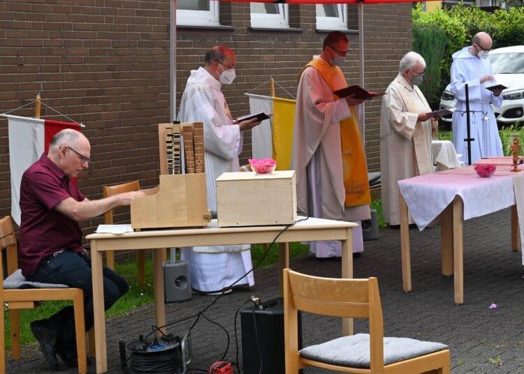 Unter Leitung von Pfarrer Robert Geßmann (Mitte) fand die Messe im Freien statt. (Fotos: Uwe Paulukat)