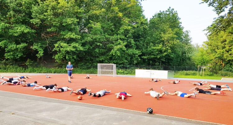 Die ersten Trainingseinheiten fanden noch unter freiem Himmel statt. (Fotos: Wir in Dortmund)