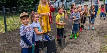 Die Kinder während der Wildblumenwiesen-Aktion. (Fotos: Familienzentrum Emscherwichtel)