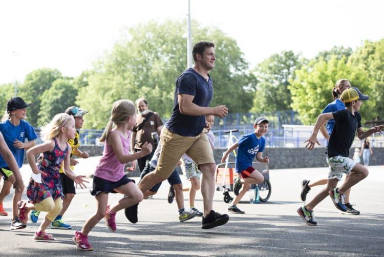 """Matthias Steiner bei seinem Sportprogramm mit Kindern. (Fotos: Jan Weckelmann   TSC Eintracht"""" )"""