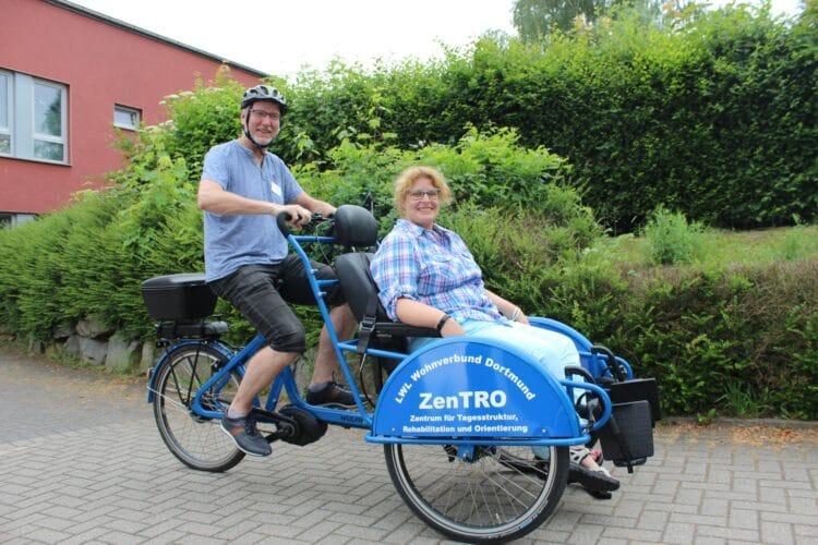 Heilerziehungspfleger Oliver Schoop testet das neue Fahrrad mit seiner Kollegin Stephanie Linde (Mitarbeiterin Tagesstruktur); (Foto: LWL)