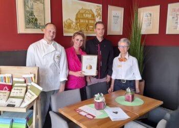 Das Team der Bäckerei präsentiert die erworbene Urkunde. (Foto: Auffenberg)