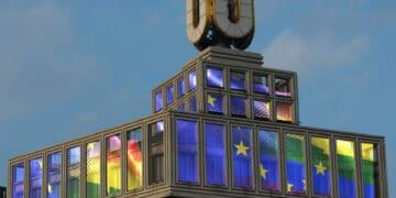 """Die """"Fliegenden Bilder"""" am Dortmunder U mit der European Rainbow Flag werden morgen den ganzen Tag zu sehen sein.  (Foto: Adolf Winkelmann)."""
