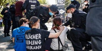 Klimaaktivist*innen von Extinction Rebellion blockierten am Wochenende die B1 stadteinwärts. (Fotos: WIR IN DORTMUND)