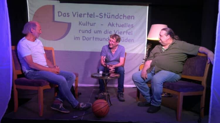 Das Viertel-Stündchen-vor-Ort-Team Freddie B., Helmer Lennertz und Marco Jorge Rudolph (v.l .) auf der Bühne im Wohnzimmer im Piepenstock. (Foto: UnARt)