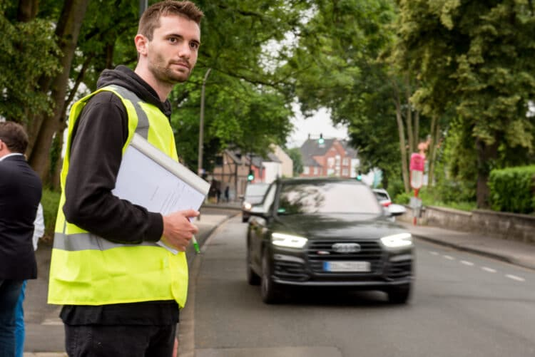 Auch Lotse Lucas Pruschinski sorgt für mehr Sicherheit für die Kinder auf dem Weg zur Kita. (Foto: Roland Gorecki/Stadt Dortmund)