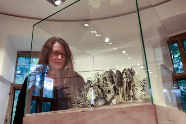 Stephanie Brysch macht aus Papier Kunst. (Fotos: Oliver Schaper/Wir in Dortmund)