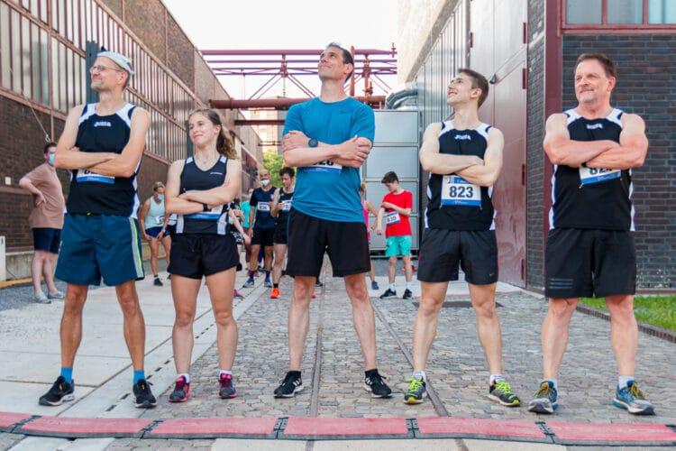 Die TSV-AthletInnen Thomas Hübner, Angelina Geitz, Simon Schade, Fabian Dillenhöfer sowie ihr Trainer Heribert Heinze (v. l.). (Foto: TSV Kirchlinde)