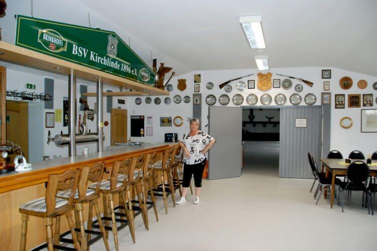 Jetzt kann die erste Vorsitzende des BSV Kirchlinde, Beate Schröer, wieder strahlen. Das Vereinsheim ist wieder hergerichtet. (Fotos: BSV Kirchlinde)