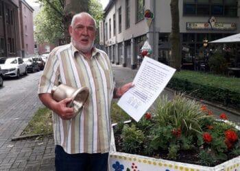 Werner Locker vom Kulturverein Mengeder Saalbau mit einer der neuen Glocken für den Saalbauturm. (Fotos: Diethelm Textoris)
