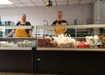 Andrea Touri und Oliver Heyer, Mitarbeiter aus der Lebensmittelausgabe Haydnstraße, hinter den neuen Kühltheken (Foto: Dortmunder Tafel)