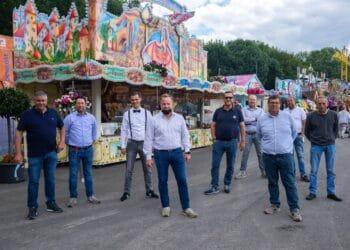 """Patrick Arens, Vorsitzender des Dortmunder Schaustellervereins Rote Erde (3. v. r.) mit Schaustellerkollegen bei der Eröffnung des Kirmesparks """"freDOlino"""". (Fotos: Wir in Dortmund)"""