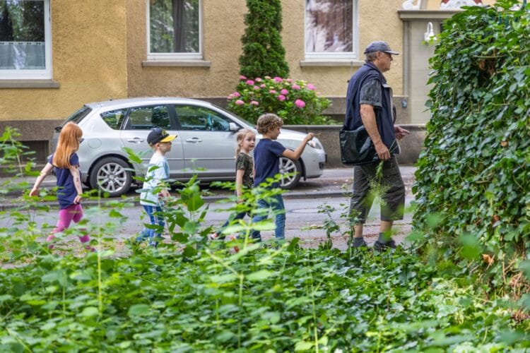 """Die Kinder folgten """"Kräuter Ferdi"""" auf dem Fuße. (Fotos: Wir in Dortmund)"""
