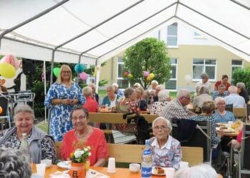 Residenzleitung Sandra Cwielong (stehend) feierte mit den Bewohnern. (Foto: Wir in Dortmund)