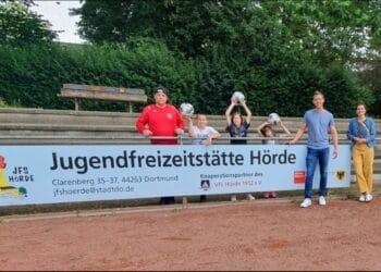 (v. l.) Daniel Bartsch (VfL Hörde) und seine drei Kinder, Thilo Sperlich (Jugendamt Dortmund; JFS Hörde), und Tania Heidbreder (Jugendamt Dortmund; Fachreferentin des Stadtbezirks Hörde). (Foto: Stadt Dortmund)