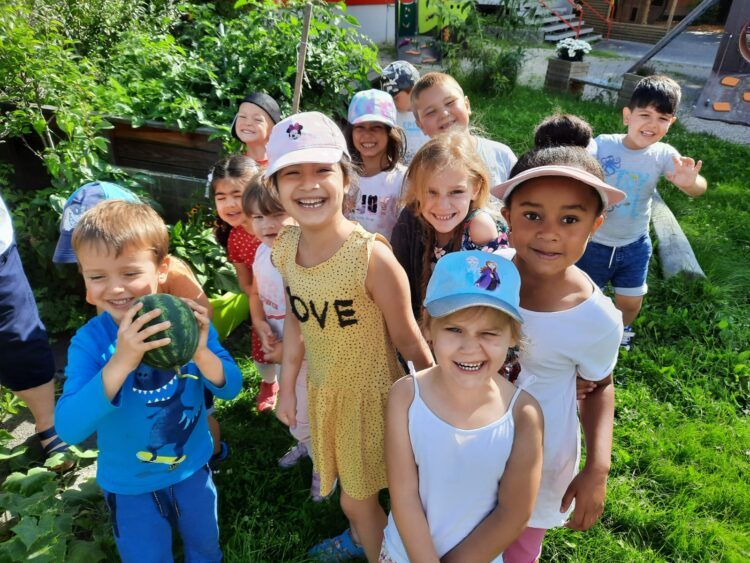 Die Kinder des Astrid-Lindgren-Kindergartens freuen sich über das Gemüse. (Foto: Kindergarten)