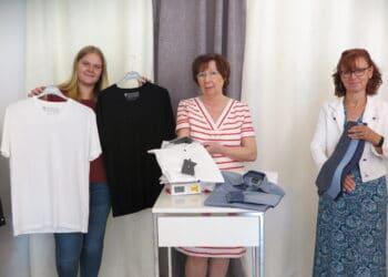 Schicke Hemden, T-Shirts und Krawatten wird es in der Boutique von Brigitta Pfeiffer (Mitte, hier mit ihren Mitarbeiterinnen) auf jeden Fall geben! (Foto: Wir in Dortmund)