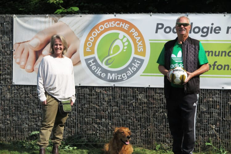 Peter Seifert freut sich über Neusponsorin Heike Mizgalski. (Foto: Wir in Dortmund)