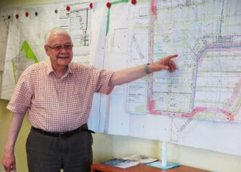 Bauherr Wolfgang Erbach erläutert den Bauplan. (Foto: Wir in Dortmund)