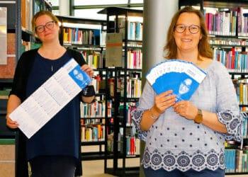 Isabel Pfarre (Kulturbüro, l.) und Claudia Vennes (Stadt- und Landesbibliothek) stellen den neuen Literaturkalender vor. (Foto: Gaye Suse Kromer, Dortmund Agentur)