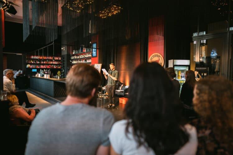 """Die Veranstaltung """"Lesen für Bier""""(Foto: Willi Bauerfeld)"""