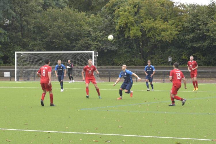Der VfL Hörde (hier bei einem Spiel 2019 in Rot auf dem eigenen Platz) wird am 16. Juli um 17.30 Uhr gegen den SV Berghofen antreten. (Archivfoto: Wir in Dortmund)