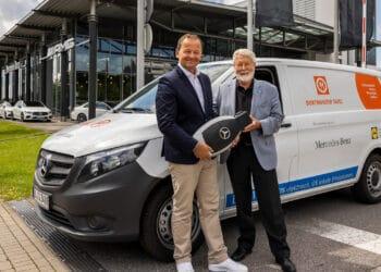 (v. l.) Georg Abel (Vertriebsdirektor Mercedes-Benz Pkw & Van West) übergibt den symbolischen Fahrzeugschlüssel des E-Vitos an Dr. Horst Röhr von der Dortmunder Tafel. (Foto: Wir in Dortmund)