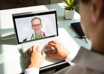 Visite per Video: Durch die Corona-Pandemie konsultieren in Westfalen-Lippe immer mehr Patientinnen und Patienten ihren Arzt digital. Auch immer mehr Ärzte greifen zur Kamera und bieten Videosprechstunden an. AOK/hfr.