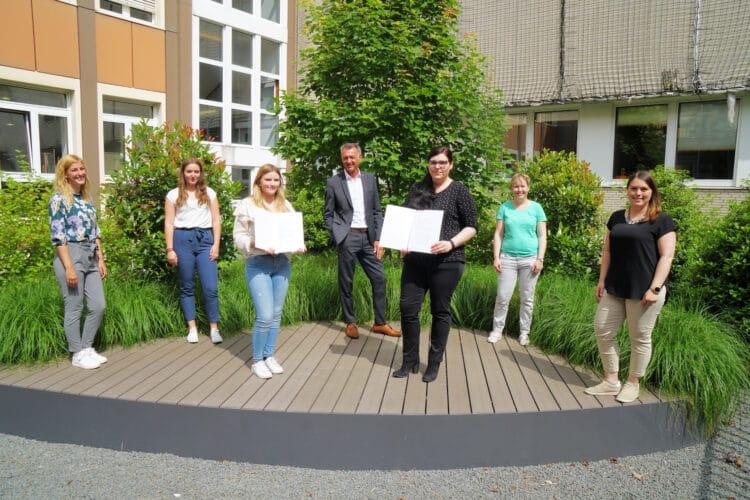 FH-Kanzler Jochen Drescher (Mitte) gratulierte den bisherigen Auszubildenden Vanessa Lange (links neben ihm) und Sandra Koziara (rechts neben ihm). (Foto: FH Dortmund/Michael Milewski)