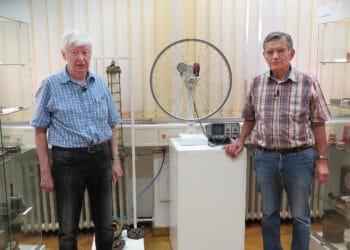 (v. l.) Günter Räbber und Hans Beuth führen durch die Ausstellung im Magnetmuseum. (Foto: Wir in Dortmund)