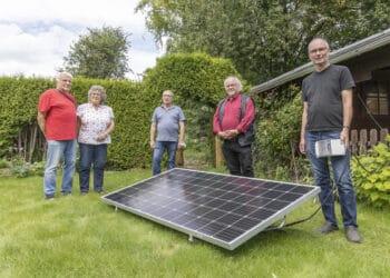So sieht's aus, das kleine Stückchen Klimawandel für den eigenen Garten. Initiator Horst Wessel (1. v. r.) hat zudem eine Website zum Thema ins Netz gestellt. Der stellv. Bezirksbürgermeister Ralf Stoltze (2. v. r.) kann sich einen Einsatz transportabler Solarmodule auch am künftigen Dorstfelder Bürgerhaus vorstellen. (Foto: Wir in Dortmund)