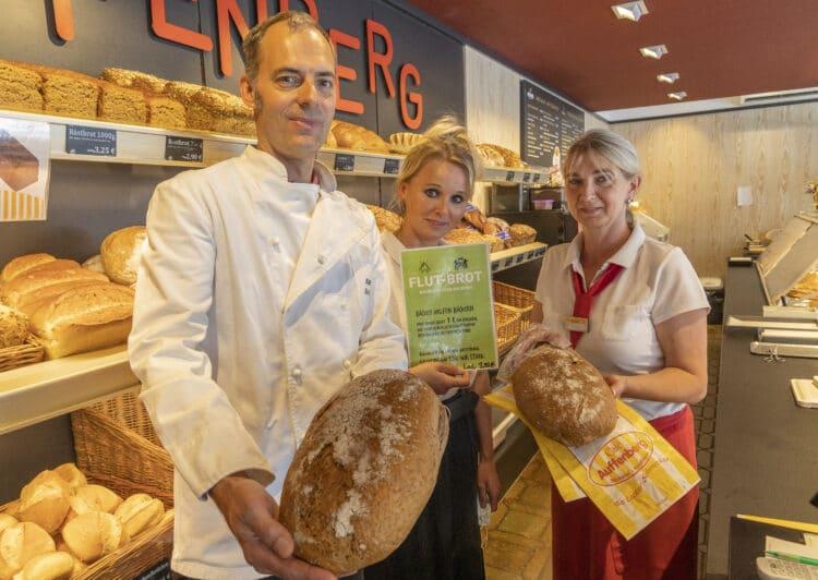 """Alexander Auffenberg, Isabel Auffenberg und die Mitarbeiterin Frau Reuter präsentieren das """"Flut-Brot"""". (Foto: Wir in Dortmund)"""