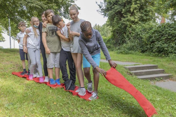 Auf Matten den Abhang hinunter – umfallen oder absteigen verboten: Auch bei dieser Aufgabe war Zusammenarbeit Trumpf. (Fotos: Wir in Dortmund)