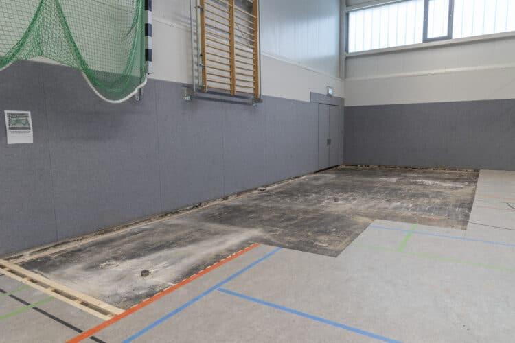 Der Juli-Starkregen hat in Kirchlinde einen Teil des  Sporthallen-Bodens ruiniert, und die Instandsetzung wird sich auch aus logistischen Gründen noch ein Weilchen hinziehen. (Fotos: Wir in Dortmund)
