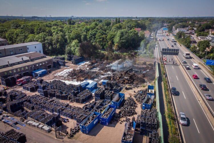 Nach der Brandstiftung in einer Reifenverwertungsfirma muss die A 40 Höhe Bochum Hamme lange gesperrt beleiben – Schutzwände drohen durch die Erschütterungen umzustürzen. (Fotos: Stephan Schütze)