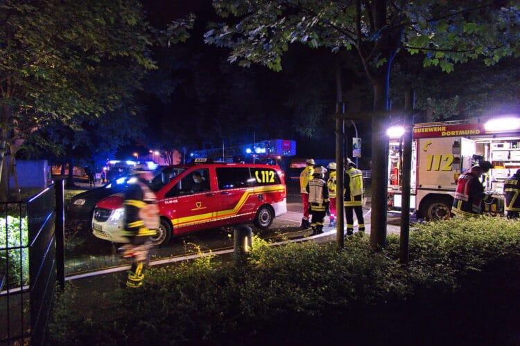 Einsatzkräfte vor der Einrichtung in Dortmund-Kley. (Foto: Olaf Tampier)