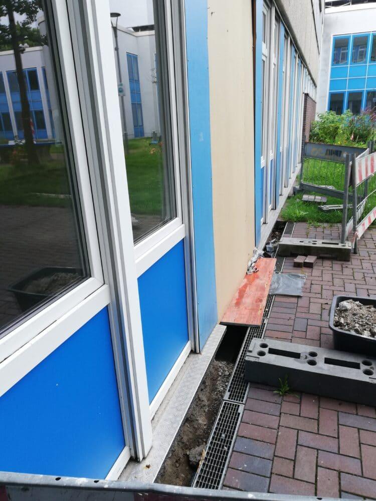 Eigentlich sollte lediglich eines der Fensterelemente der Begegnungsstätte Kirchlinde einem ebenerdigen Rettungsweg weichen - die entsprechenden Arbeiten allerdings brachten massive Bauschäden zum Vorschein. (Foto: Werner Goosmann)