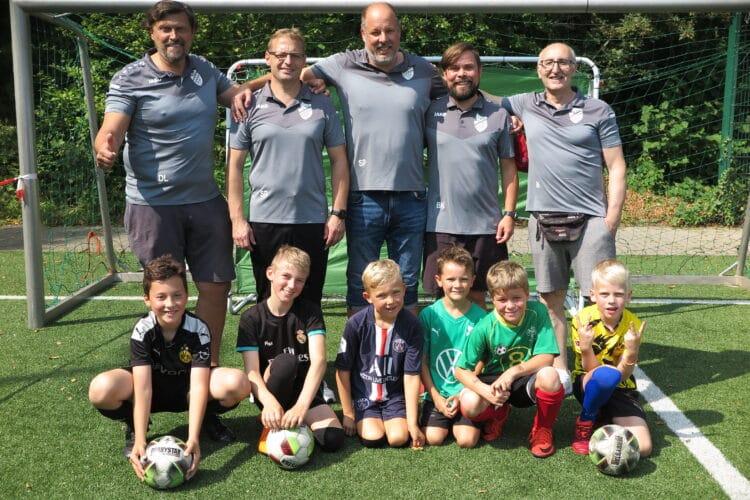 (stehend v. l.): Detlef Luchtenveld, Sven Rauhut, Stefan Paetsch, Benjamin Kraka und Irfan Kuzu bilden das Team der Jugendabteilung. Sie hatten den Tag organisiert. (Fotos: Wir in Dortmund)