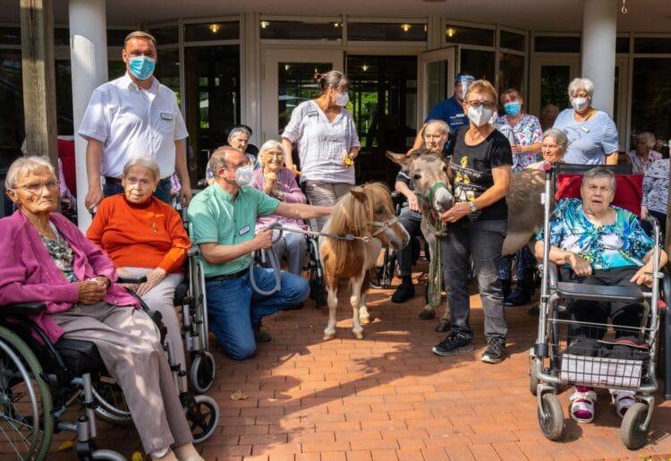 Bewohner und Mitarbeiter des Seniorenhauses Hausemannstift mit ihrem tierischen Besuch. (Fotos: Wir in Dortmund)