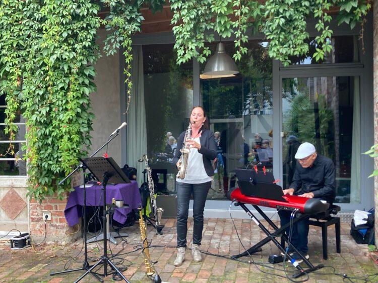 Dorothee Pilavas und Peter Hünnemeyer bei ihrem Auftritt im Garten der ehemaligen Altmengeder Gaststätte Westfalenhof. (Fotos: Katrin Petri)