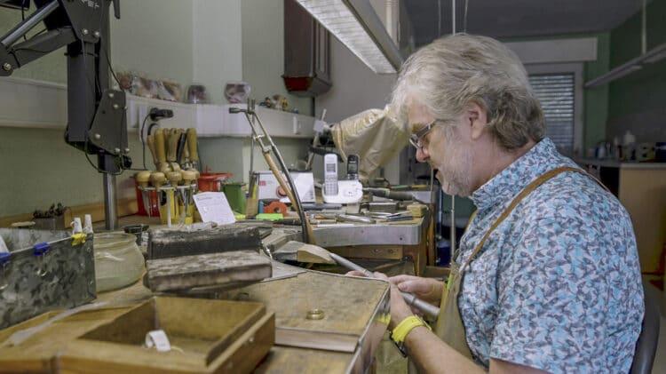 Karl-Heinz Taubenberger bei seiner Arbeit, der er seit über 50 Jahren nachgeht. (Fotos: Wir in Dortmund)