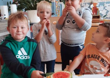 Die Kinder aus dem Astrid-Lindgren-Kindergarten ließen sich die leckere Frucht schmecken. (Foto: Kindergarten)