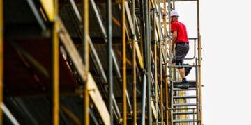 Hoch hinaus: Eine Ausbildung auf dem Bau ist gut bezahlt und bietet viele Karrieremöglichkeiten, so die IG BAU. (Foto: IG BAU | Ferdinand Paul)