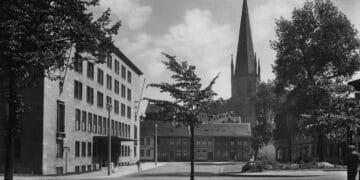 Blick vom Königswall auf die Petrikirche – links das Dortberghaus im Jahr 1940. (Quelle: Stadtarchiv Dortmund)