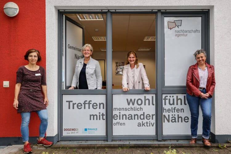 Die Mitarbeiterinnen von DOGEWO21 und Diakonischem Werk fördern das Miteinander in den Nachbarschaften – wie hier am Standort der Nachbarschaftsagentur in Dortmund-Mengede. (Foto: DOGEWO21)