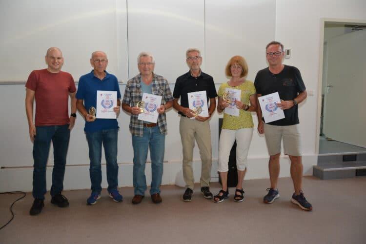 Die Jubilare (v. l.)  Georg Brzyk (Vorstand), Klaus-Peter Weinbörner, Gerhard Schmidt, Raimund Schledde, Brigitte Höhn und Uwe Klehr (Foto: A. Pankratow)